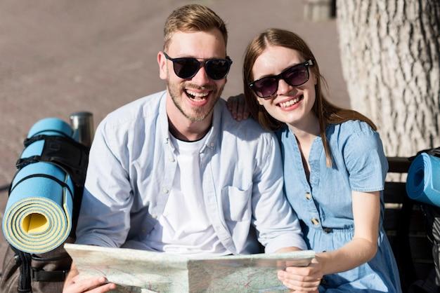 Smiley toeristische paar met kaart