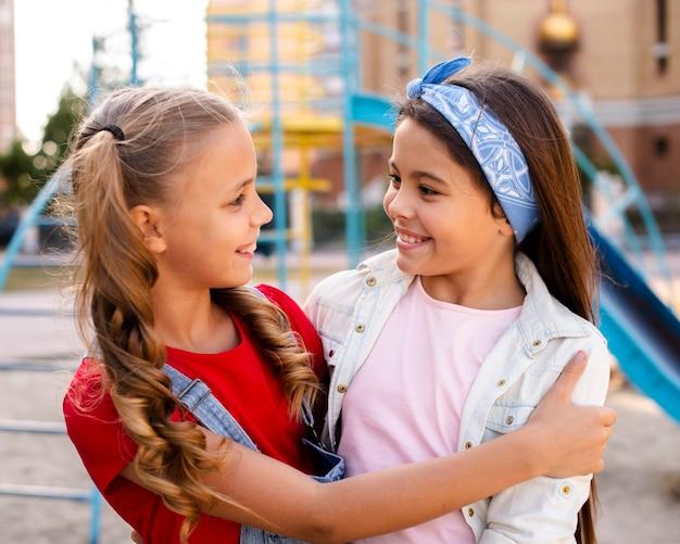 Smiley twee kleine meisjes knuffelen elkaar