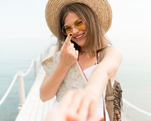 Smiley van de close-up de hand van de vrouwenholding