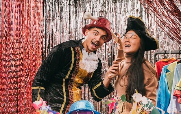 Smiley vermomde vrienden voor carnavalfeest