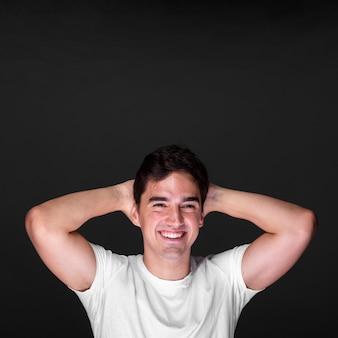 Smiley volwassen mannetje dat camera bekijkt