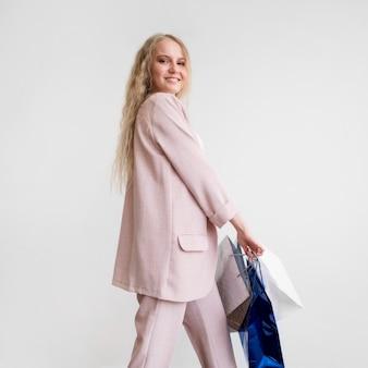 Smiley volwassen vrouw blij om te winkelen