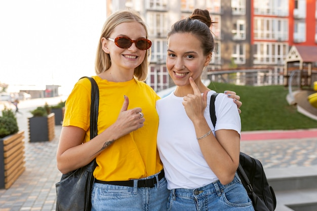 Smiley-vriendinnen in de stad die gebarentaal gebruiken