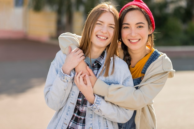 Smiley vriendinnen knuffelen