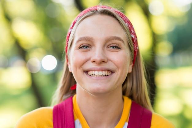 Smiley vrouw buitenshuis