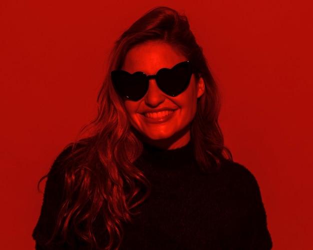 Smiley vrouw draagt een zonnebril