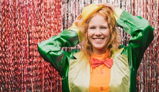 Smiley vrouw gekostumeerd op carnaval feest