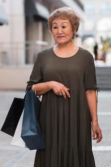 Smiley vrouw met boodschappentassen