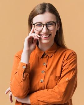 Smiley vrouw met gekruiste armen