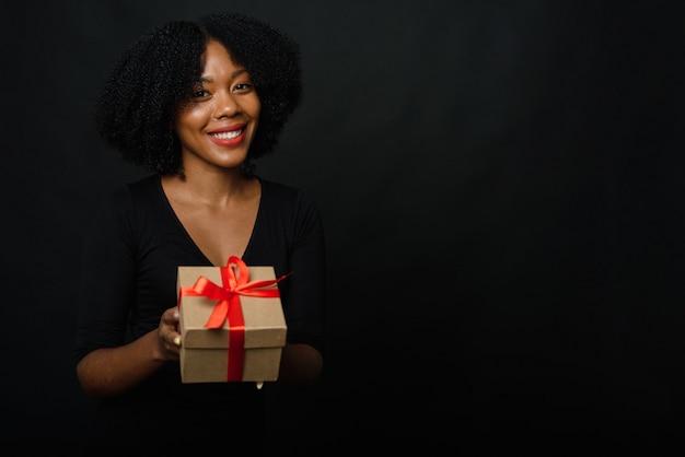 Smiley vrouw met kerstcadeau