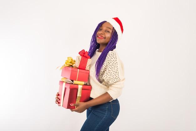 Smiley vrouw met kerstmuts met kerstcadeau