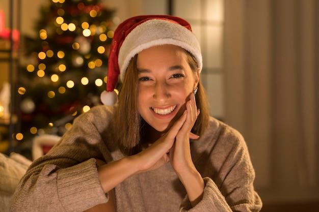 Smiley vrouw met kerstmuts poseren