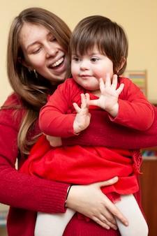 Smiley vrouw met kind met het syndroom van down