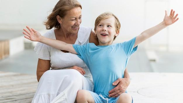 Smiley vrouw met kleinzoon