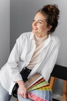 Smiley vrouw met kleurenpalet