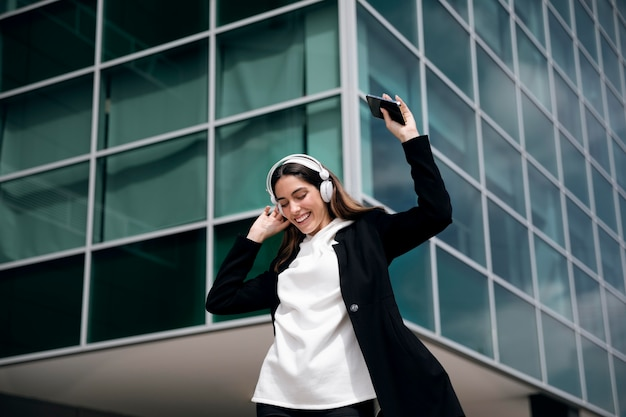 Smiley vrouw met koptelefoon medium shot Gratis Foto
