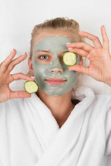 Smiley vrouw met plakjes komkommer