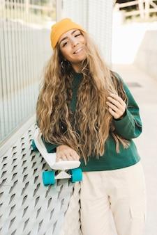 Smiley vrouw met skateboard