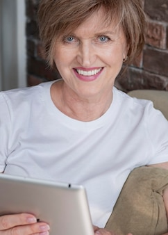 Smiley vrouw met tablet close-up