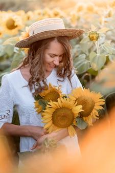 Smiley vrouw met zonnebloemen
