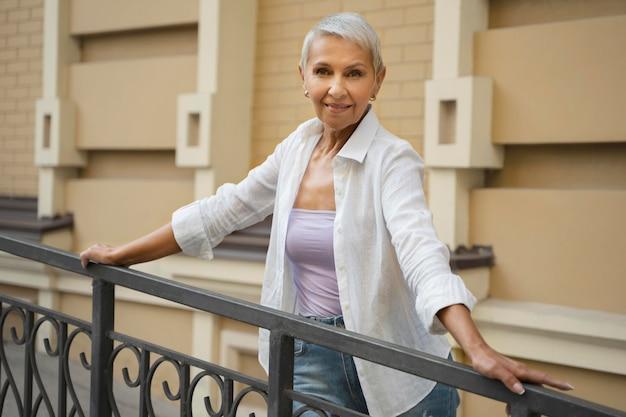 Smiley vrouw poseren buitenshuis medium shot