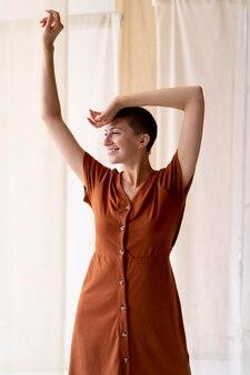 Smiley vrouw poseren medium shot
