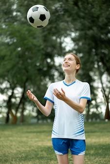 Smiley vrouw poseren met bal