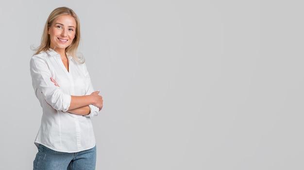 Smiley vrouw poseren met gekruiste armen en kopieer de ruimte