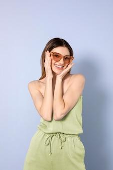 Smiley vrouw poseren met zonnebril