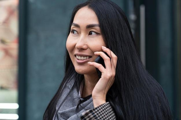 Smiley vrouw praten over de telefoon