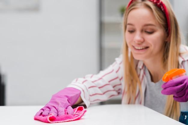 Smiley vrouw schoonmaak tafel