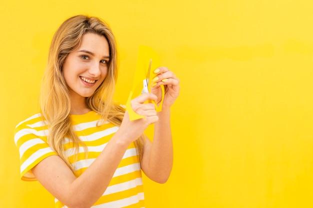 Smiley vrouw snijden papier