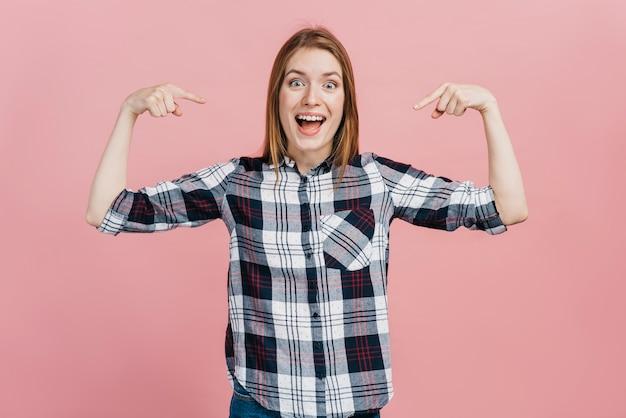 Smiley vrouw wijst naar zichzelf