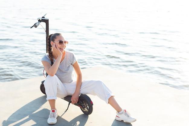 Smiley vrouw zittend op scooter
