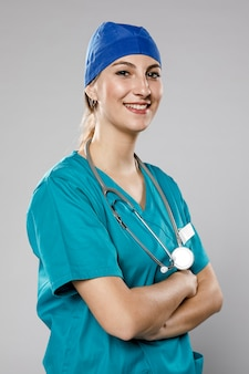 Smiley vrouwelijke arts met stethoscoop