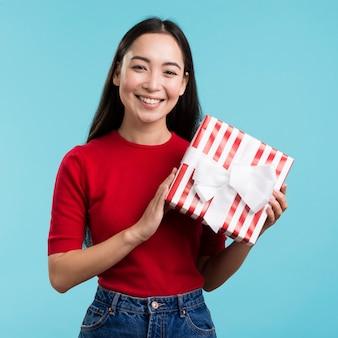 Smiley vrouwelijke bedrijf geschenkdoos