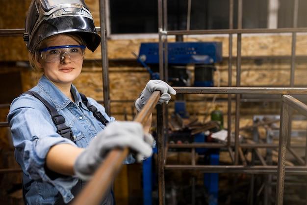 Smiley vrouwelijke lasser op het werk