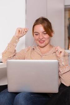 Smiley vrouwelijke leraar die een online klas met studenten houdt