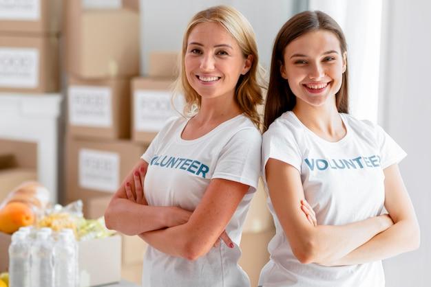 Smiley vrouwelijke vrijwilligers die samen poseren