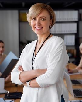 Smiley zakenvrouw in conferentieruimte