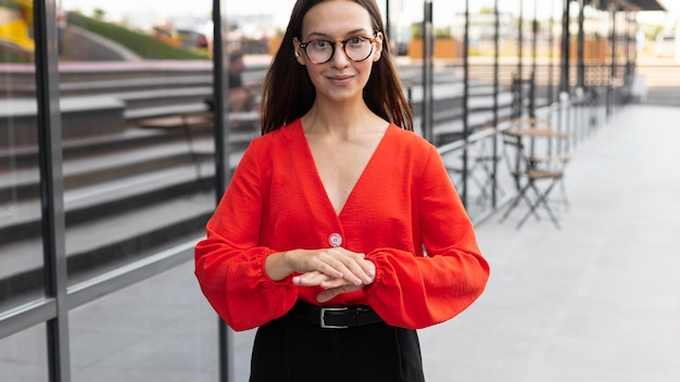 Smiley zakenvrouw met gebarentaal buitenshuis op het werk