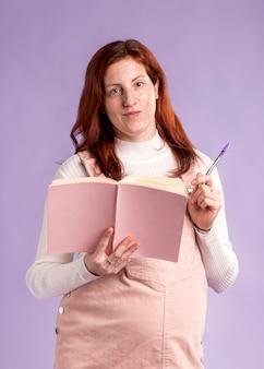 Smiley zwangere vrouw leesboek
