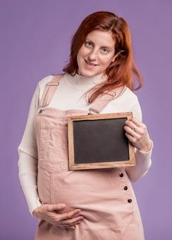 Smiley zwangere vrouw met frame