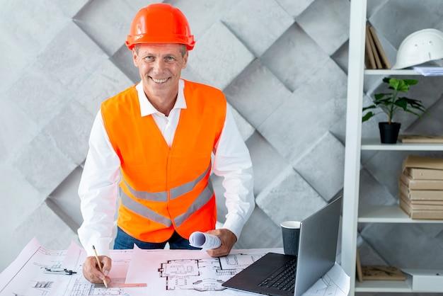 Smileyarchitect die zijn veiligheidsuitrusting draagt