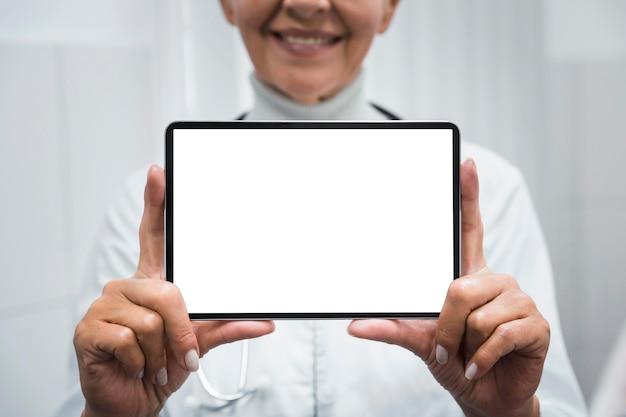 Smileyarts die een lege tablet houdt