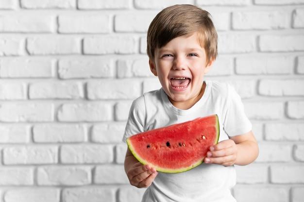 Smileyjongen die watermeloen eten
