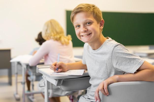 Smileyjongen in de klas