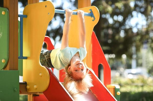 Smileyjongen in park het spelen