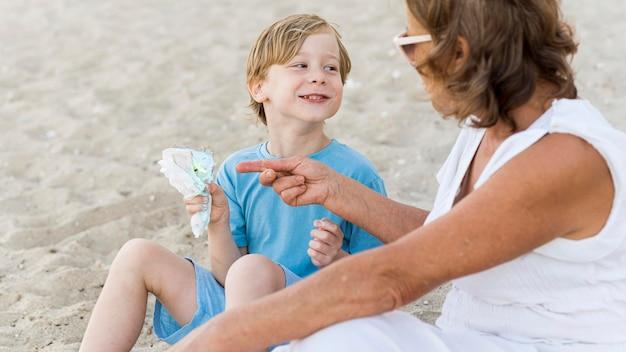 Smileyjongen met oma op strand