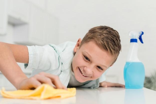 Smileyjongen schoonmakende lijst met vod
